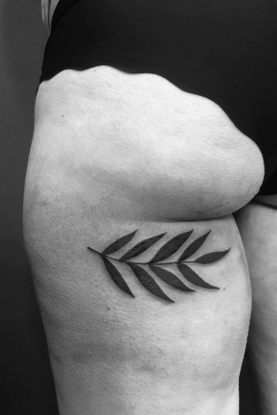 zelie-tatouage-brindille-fesse