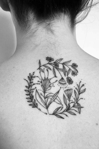 zelie-tatouage-cercle-fleurs-nuque